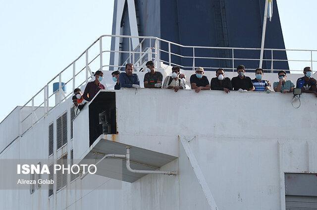 کشتی سانی جهت انتقال مسافران ایرانی از شارجه در بندر شهید باهنر پهلو گرفت