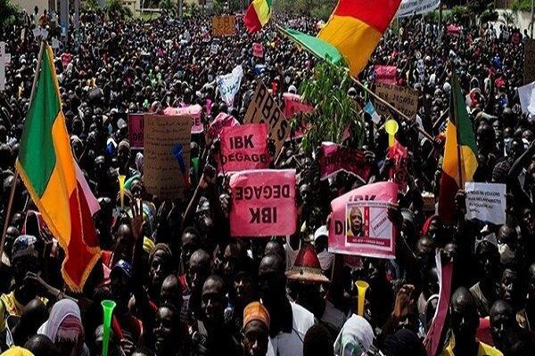 معترضان ساختمان رادیو تلویزیون اقتصادی را اشغال کردند