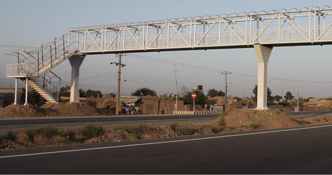 خبرنگاران کمپرسی موجب سقوط پل عابر پیاده در آستانه اشرفیه و انسداد جاده شد